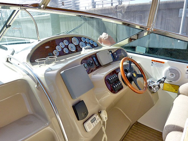 Helm station of the Riviera. © Marine Auctions